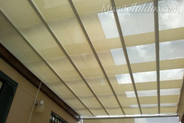 Ampl a los usos de un patio interior instalando un toldo for Toldos para patios interiores